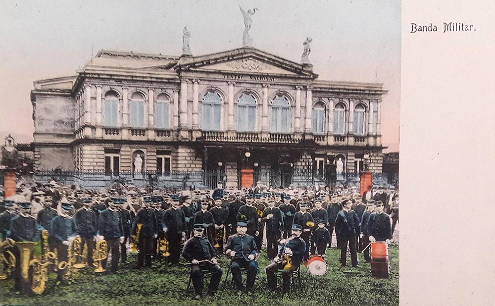 Banda militar frente al Teatro Nacional