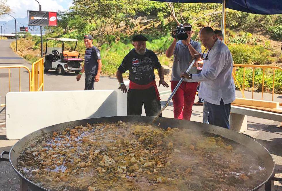 El presidente Luis Guillermo Solís ayuda a preparar una deliciosa paella valenciana