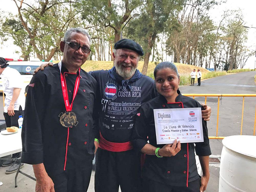 Vicente Aguilar con los ganadores Danilo Mauricio y Ester Urbina