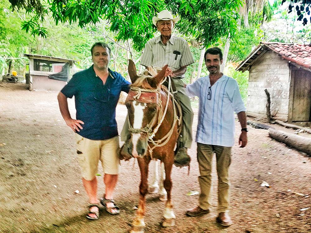 Paco Nadal (izquierda) y Jorge Vindas (derecha) junto con el centenario José Bonifacio Villegas alias Pachito y su caballo Corazón